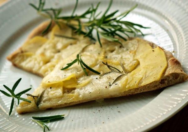Hvid pizza med kartoffel og rosmarin – kartoffelpizza