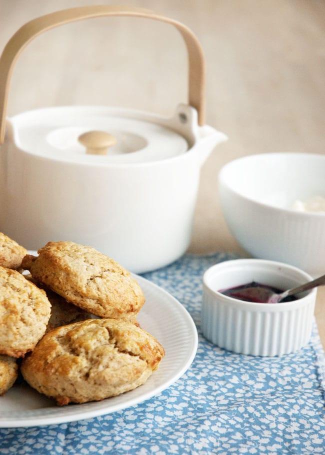 hjemmelavede-scones-og-tea
