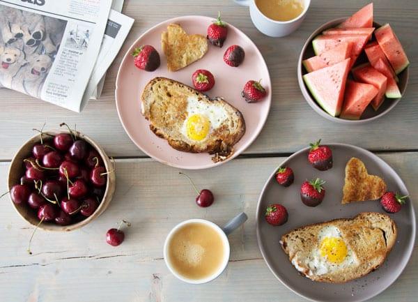 Romantisk morgenmad og hjertetoast med æg