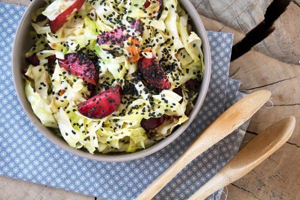 salat med spidskål og blommer