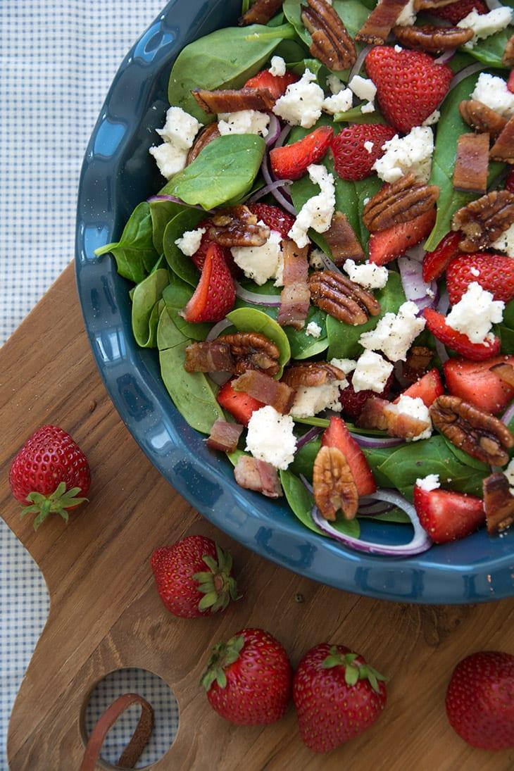 Jordbær og fetasalat med glaserede pecannødder