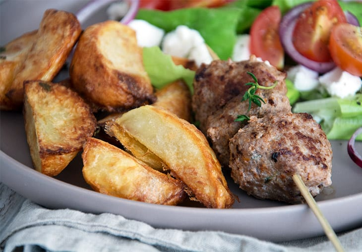 Græske kødspyd med lammekød / lammefrikadeller med råstegte timian kartofler