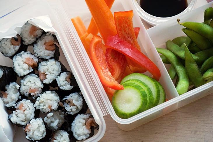 Sushi i madpakken – lækre maki med laks til børn