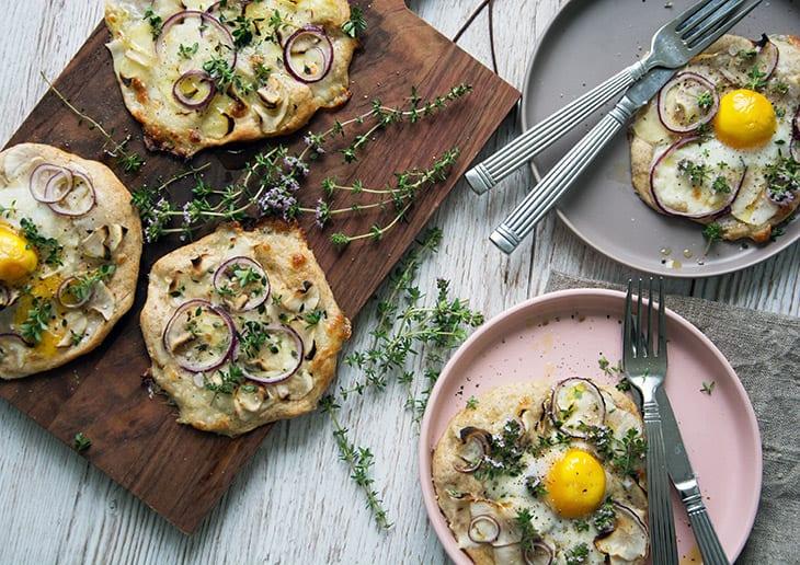 Rugpizza med jordskokker, timian og æg