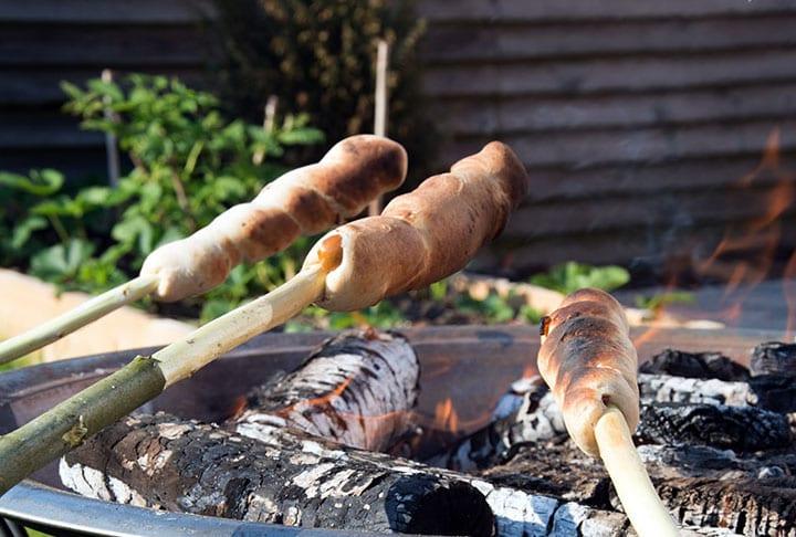 Snobrød opskrift og 10 skønne varianter til godt fyld i de bagte brød