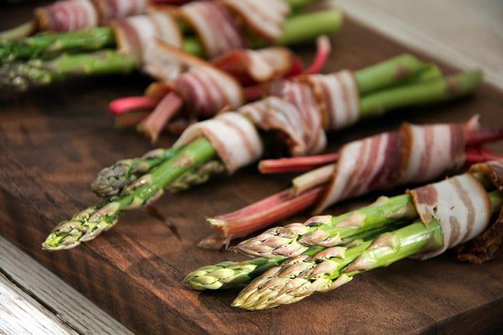 Grillede asparges og rabarber med bacon