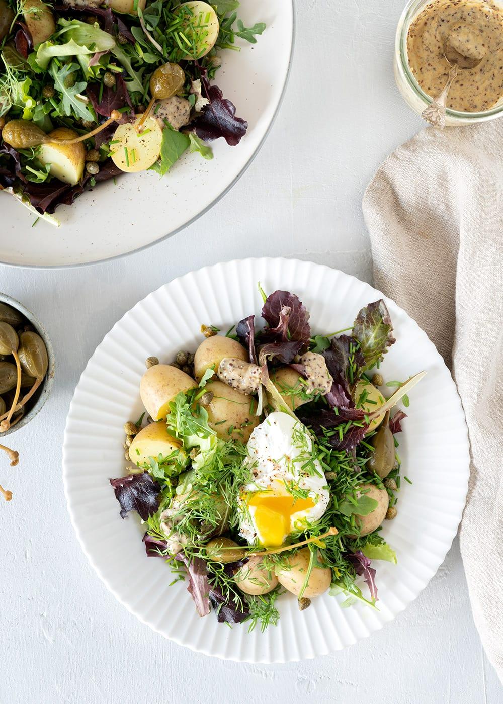 Kartoffelsalat med urter og pocherede æg