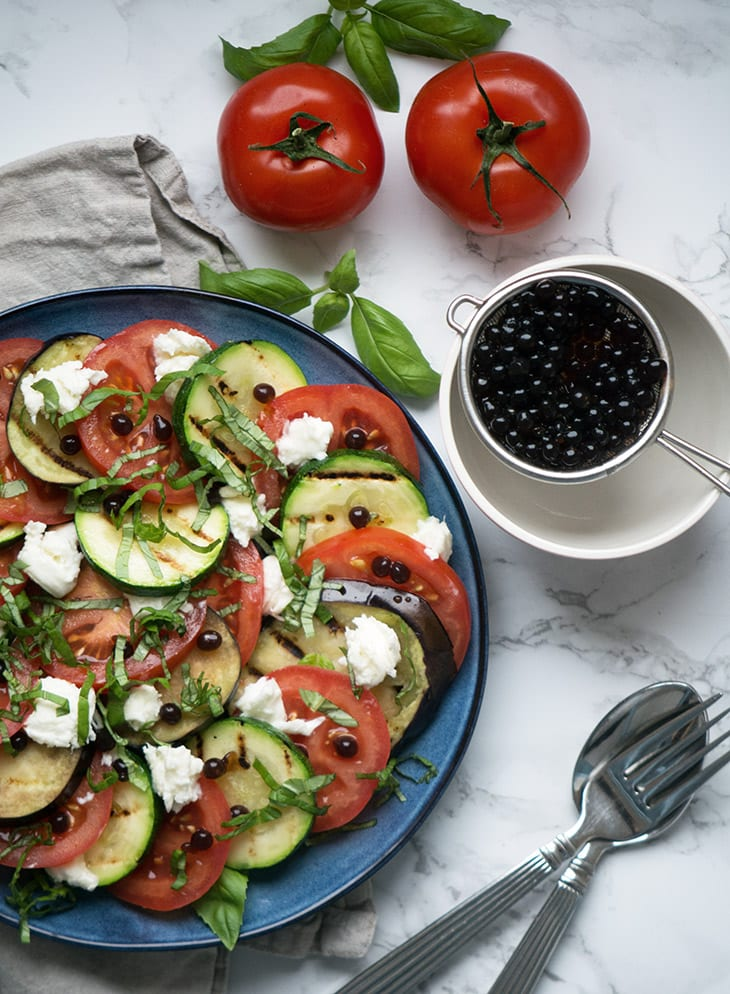 Tomatsalat med grillet aubergine og balsamicoperler