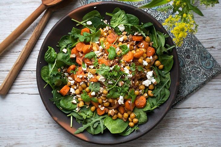 Kikærtesalat med ristede gulerødder