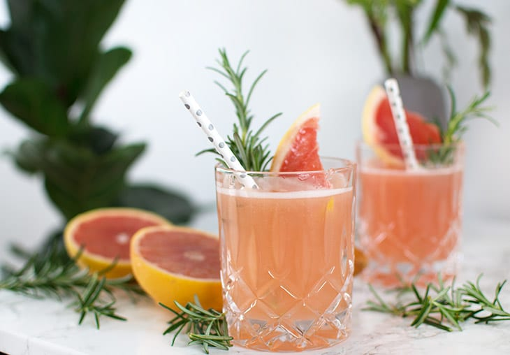Pink Grape & Gin Cocktail med rosmarin
