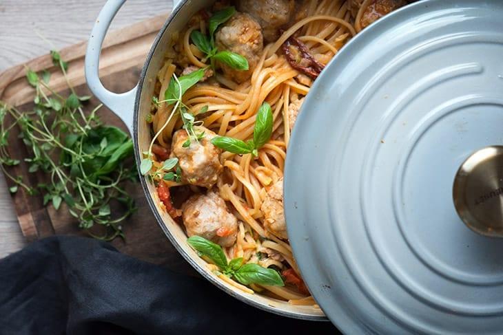 One Pot Pasta med tomatsauce og kødboller
