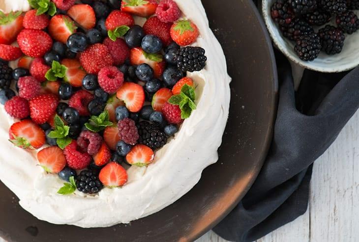 Pavlova med bær og vaniljeflødeskum