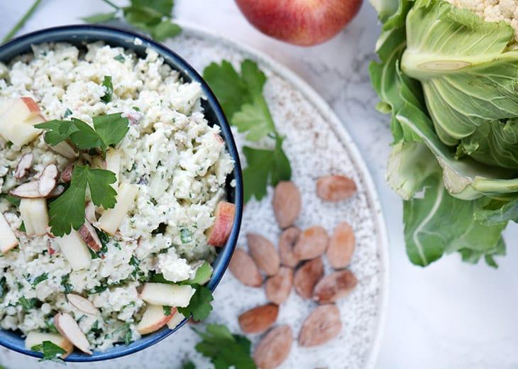 salat med blomkål og mandler