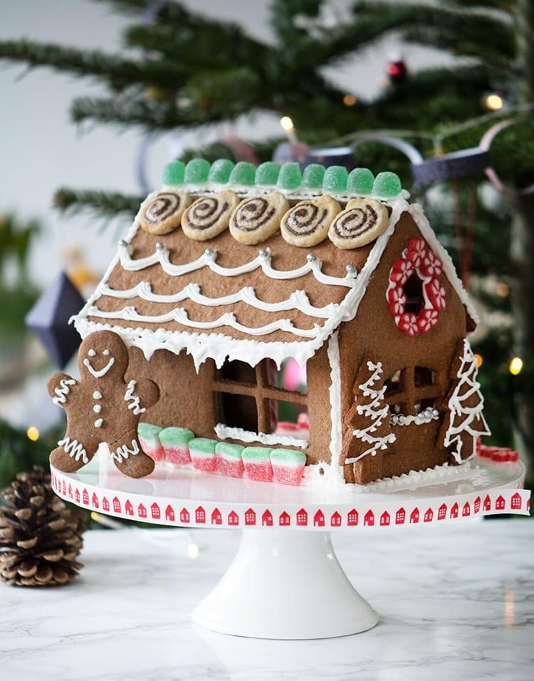 951df9f4 Fint og festligt peberkagehus ♡ Det er simpelthen noget af det mest  julehyggelige og et helt vidunderligt sjovt projekt, at hygge sig med at  pynte ...