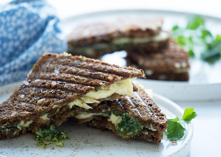 Rugbrødstoast - opskrift på rugbrøds toast med brie og pesto