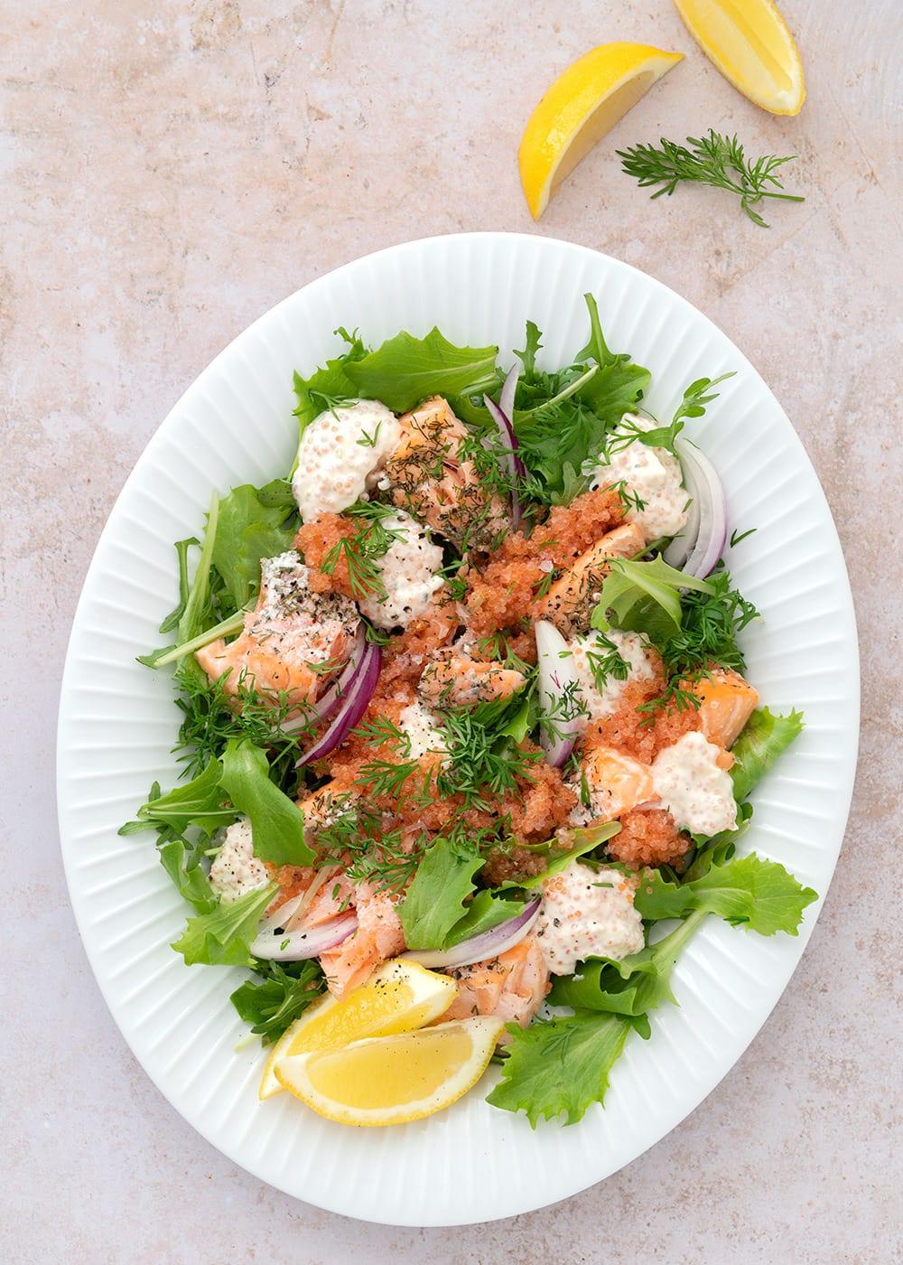 salat med laks og stenbiderrogn