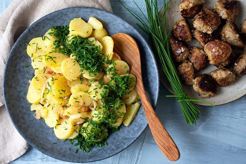 Varm kartoffelsalat - få den bedste opskrift på den lækre klassiker her