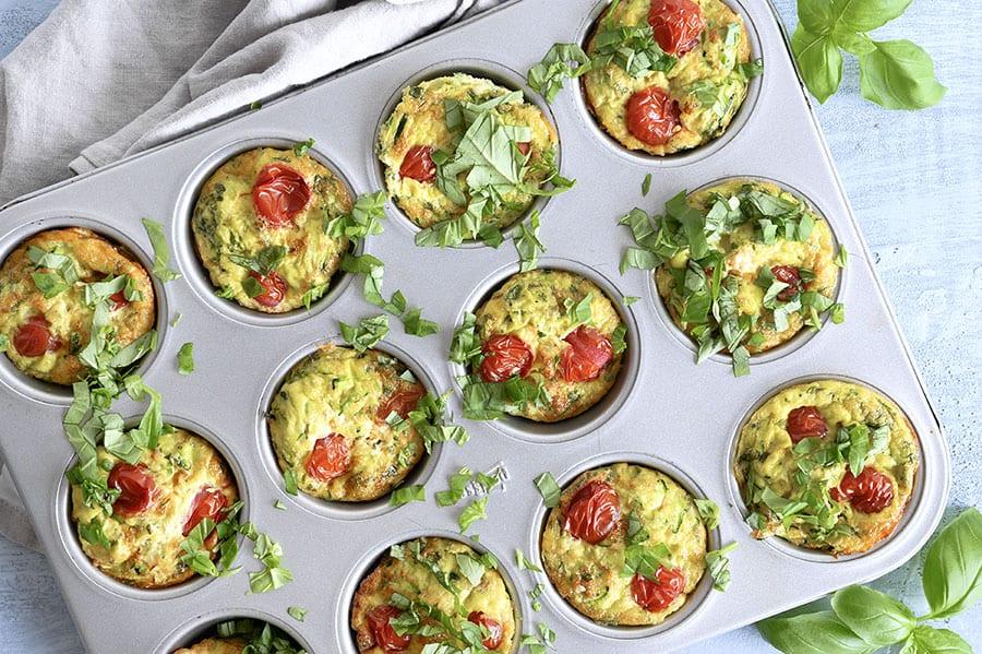 Æggemuffins med squash tomat og basilikum - lækker nem opskrift
