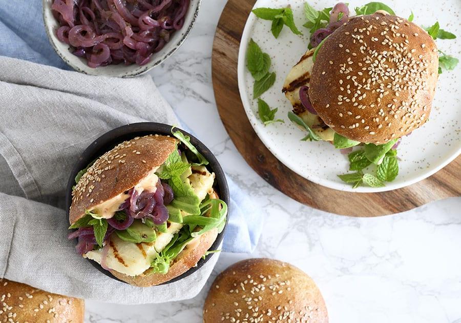 Halloumi burger - opskrift på lækker vegetarisk burger med halloumi