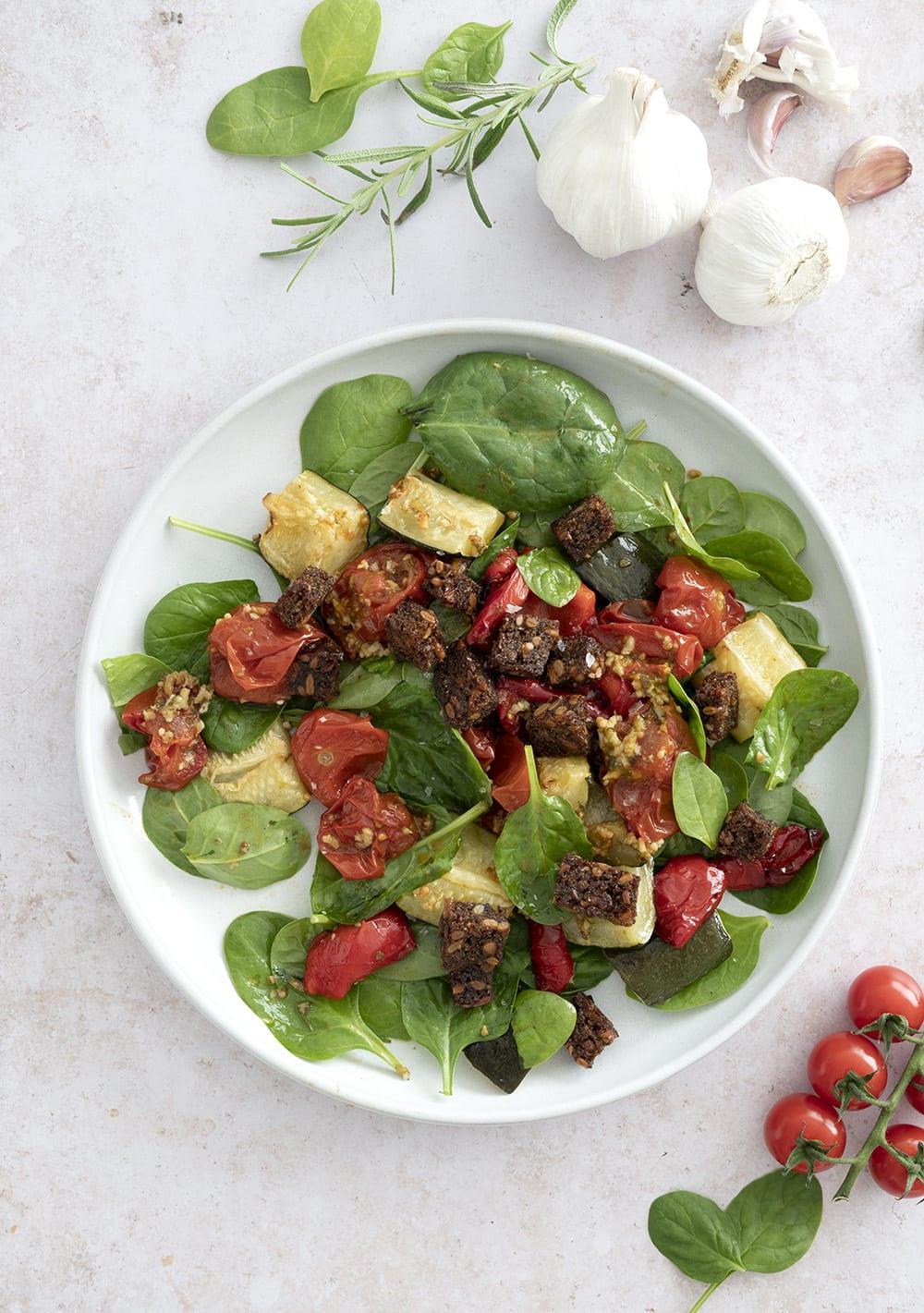 hvidløgsbagte tomater i salat
