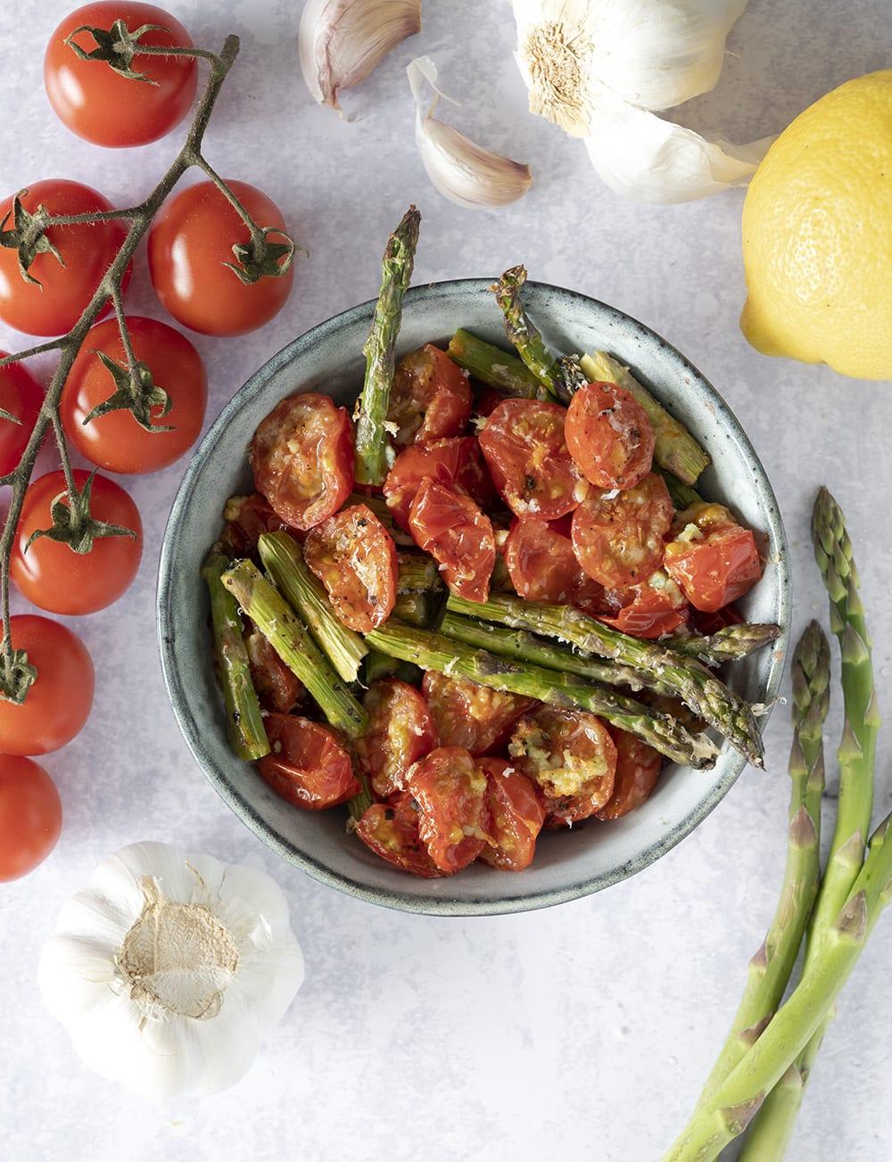 bagt tomat og asparges