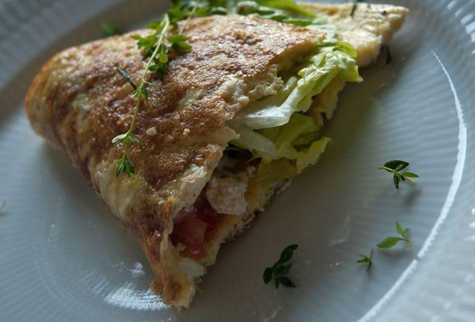 Omelet med gedefeta – tomat og sprød salat
