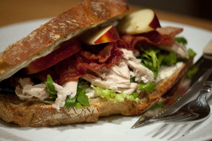 Clubsandwich med mørt kyllingekød og bacon