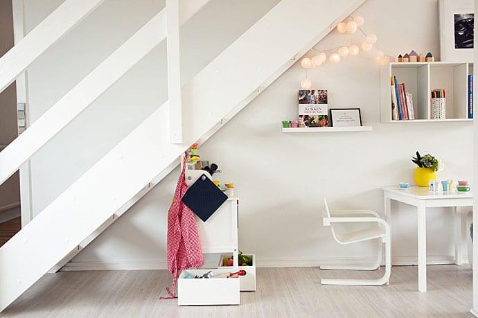 Fint hvidt børnekøkken som passer ind i nordisk indretningsstil