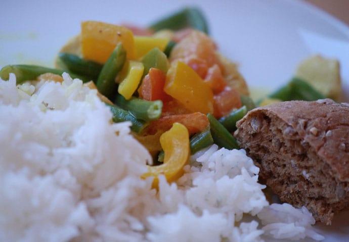 Kylling med kokosmælk samt karry og tomat – nem opskrift