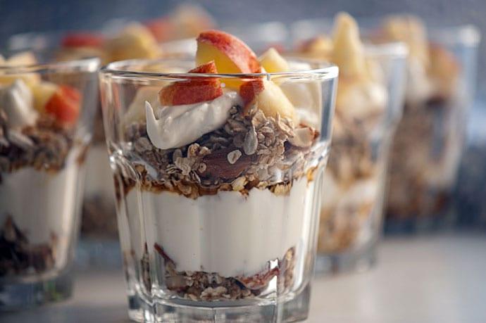 Drænet yoghurt med knas og æbler
