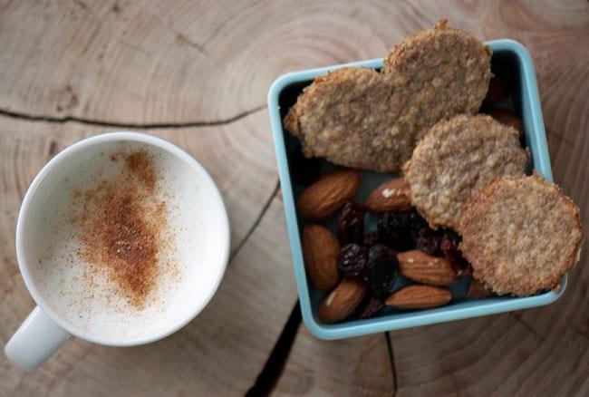 Rugkiks og mini-latte med kanel