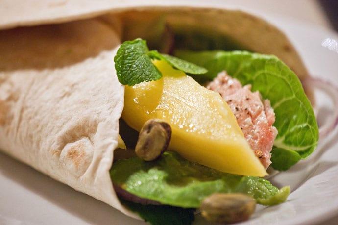 Tortilla med laks og mango